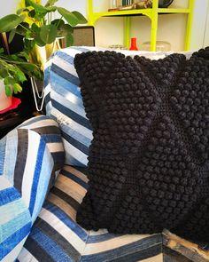 """Meri Weckman sanoo Instagramissa: """"Virkattu tyynynpäällinen, toinen puoli ylijäämä verhoilunahkaa. 🖤🖤🖤 #kotimaistakäsityötä #suomalaistakäsityötä #virkkaus #virkkaushullu…"""" Merino Wool Blanket, Throw Pillows, Crochet, Diy, Instagram, Toss Pillows, Cushions, Bricolage, Decorative Pillows"""