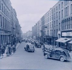 Parliament Street, Dublin, 1950s Ireland Pictures, Old Pictures, Old Photos, Dublin Street, Dublin City, Ireland Homes, Photo Engraving, Dublin Ireland, Vintage Photography