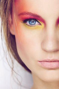 Kolorowy makijaż kolorowe cienie do powiek szminki lakiery do paznokci