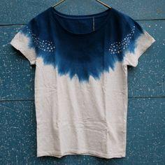藍染めユニット、トシュカさんの藍染めのTシャツです。洗い込むほどに味わいが増してくるインド藍の美しいブルーにかわいい模様が抜染してあります。ベースのTシャツの色は杢グレーでナチュラルな雰囲気でかわいい…