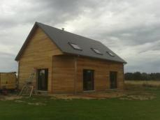Bardage red cedar et fermetures alu noir maison ossature bois en Normandie