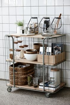 場所が固定されてしまう棚とは違い、キャスター付きのワゴンなら用途に合わせて自由に動かせるので、狭いキッチンを有効に使えます。