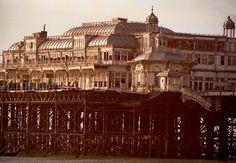 El West Pier es un muelle de Brighton, Inglaterra, inaugurado en 1866 con una longitud de 340 metros, sustentado sobre decenas de columnas de hierro fundido atornilladas en el fondo del mar. Fue construido por Eugenius Birch con la idea de atraer visitantes y fomentar el turismo en la zona y es uno de los dos únicos muelles que forman parte de la lista de Edificios de especial interés arquitectónico o histórico, en el Reino Unido.