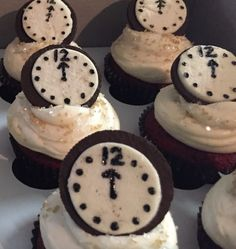 New Years Eve Cupcakes make with Oreo cookies as the clock - Silvester - Cake Decorating - New Year's Desserts, Holiday Baking, Christmas Desserts, Christmas Baking, Christmas Treats, Holiday Treats, Holiday Recipes, Dessert Recipes, New Years Eve Dessert