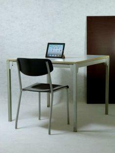 Quadratischer Tisch aus dem KD-Programm von Ferdinand Kramer für die Goethe-Universität.