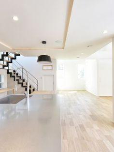 ワイワイみんなで料理ができるキッチン。ステンレス天板は奥行があり、シンクと反対側の作業スペースを広めにとっています。#設計 #注文住宅 #自由設計 #デザイン住宅 #キッチン #ステンレス #工務店 #タチ基ホーム #名古屋 #愛知 Tile Floor, Stairs, Flooring, Home Decor, Stairway, Decoration Home, Staircases, Room Decor, Tile Flooring