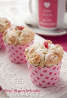 Fabulous little brioches... in Italian, but easy to translate. Rose di pan brioche