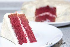 Der berühmte Kuchen aus den USA. Red Velvet Cake ist viel einfacher zu Backen als viele Denken! Dabei kann der Kuchen auf extra Deko verzichte - Farbe und Geschmack stehen für sich