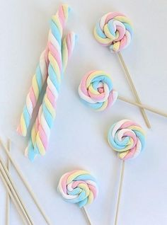 Easy Easter Marshmallow Pops -- great for a party if you can find the marshmallows out of season. Birthday Treats, Party Treats, Unicorn Birthday Parties, Girl Birthday, Birthday Games, Frozen Birthday, Party Cakes, Marshmallow Pops, Marshmellow Ideas