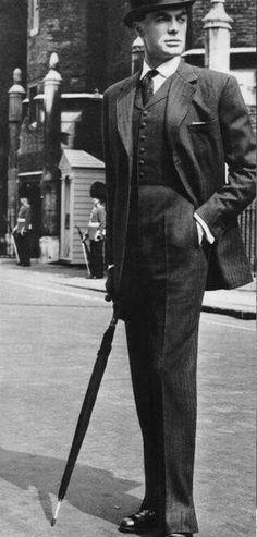 Traje EDUARDO diseñado en 1950 por sastres de Saville Row que intentaban iniciar un nuevo estilo. Estaba dirigida principalmente a jóvenes aristocráticos. En esencia, consistía en una larga y estrecha Lapelled, chaqueta de cintura, pantalones estrechos, y un chaleco de fantasía, camisa de raza blanca con cuello de corte transversal y los lazos se ata con un nudo 'Windsor', sombrero de fieltro. Los cambios esenciales de vestir convencionales fueron el corte de la chaqueta y el chaleco Dandy.