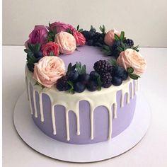 Ароматный морковный торт с пряными специями, жареными орешками и сливочно-сырным кремом с ванилью. Украшен цветами, свежими ягодами и  глазурью из белого шоколада (цветы обработаны и изолированы).  Автор instagram.com/lena_vlasova_cakes