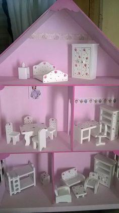 casita de muñecas barbie pintadas decoradas con muebles Barbie Furniture, Dollhouse Furniture, Kids Furniture, Cardboard Dollhouse, Diy Dollhouse, Miniature Crafts, Miniature Dolls, Barbie Doll House, Wood Toys