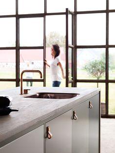 Arkitektkök - Mija Kinning tolkar Ballingslöv. Olika skiftningar i samma färgskala skapar vackra bakgrundsytor för lister och beslag i koppar och mässing.