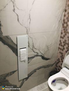 In ons damestoilet hebben we een leuk roze hexagon tegeltje gecombineerd met een betonlook tegel en marmerlook tegel en wastafel. De gouden kraan en de gouden spiegel maken het plaatje helemaal af! Toilet Paper, Showroom, Bathroom, Washroom, Full Bath, Bath, Bathrooms, Fashion Showroom, Toilet Paper Roll