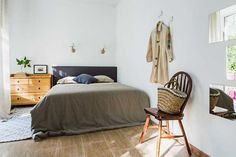 O quarto conseguiu acoplar duas camas – uma ainda usada como sofá e cantinho de relaxamento ou trabalho.