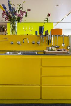 Richard Rogers House, Wimbledon, The Modern House Yellow Kitchen Designs, Yellow Kitchen Walls, Yellow Cabinets, Patio Interior, Kitchen Interior, Interior Design, House Journal, Built In Seating, Kitchen Images