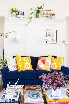 decoração com sofá colorido, sofá azul escuro com almofadas amarelas