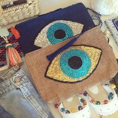 # barthelemyrosis # clutches # evileye # musthave # www. Diy Clutch, Clutch Bag, Diy Pochette, Damen Sweatshirts, Boho Bags, Beaded Purses, Diy Schmuck, Goodie Bags, Handmade Bags