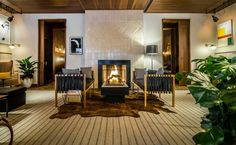 Cozy NYC Bars With Fireplaces: Evening Bar at the Smyth Hotel New York City Bars, Cozy Restaurant, New York City Apartment, City Apartments, New York Hotels, Hotel Branding, Wallpaper Magazine, Usa Wallpaper, Top Interior Designers