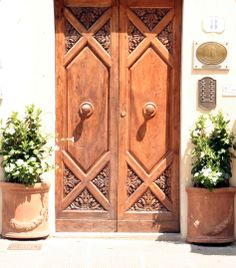 Bruine deuren in Toscane, Italie