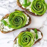 Sourdough toast, topped with pesto, burrata, fresh basil and avocado roses 😍 I could eat this all day, every day! Grolet, Food Goals, Avocado Recipes, Cute Food, Appetizers For Party, Food Plating, Food Design, Plant Based Recipes, Food Art