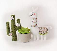 Felt Fabric Crafts Sewing Machines - Felt Llama and Cactus Hand Sewing Pattern. Sewing Projects For Kids, Craft Projects, Sewing Ideas, Sewing Toys, Sewing Crafts, Felt Crafts, Fabric Crafts, Cactus Pattern, Mochi