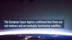 """Rayos y objetos misteriosos son captados desde la Estación Espacial Inte...Лучи и загадочные объекты с Международной космической станции....Астронавт Европейского космического агентства (ESA) Томас Песке снимал изображение Земли, когда пролетали над Калифорнией на М К С 17 апреля 2017 года....... ESA подтвердило, что движущиеся объекты, видимые над Землей, возможно, «соответствуют объектам, возможно функционирующим спутникам """".Ученые не смогли точно подтвердить, что это…"""