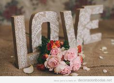 Palabra LOVE con letras de cartón y encaje, decoración DIY bodas