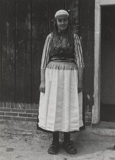 Vrouw in streekdracht van Marken met witte 'boezel' (schort). 1943 #NoordHolland #Marken