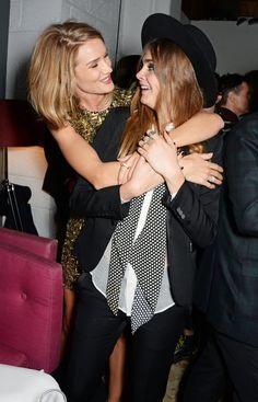 Pin for Later: Warum wollten alle Stars knuddeln bei den BRIT Awards? In der Zwischenzeit schleichte sich Rosie von hinten an Cara Delevingne an