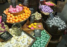Lush Londen | Dé winkel die je moet bezoeken als je in Londen bent! Lush, Birthday Cake, Desserts, Food, Birthday Cakes, Meal, Deserts, Essen, Hoods