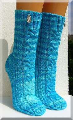Im Schleier der Zeit – a free pattern for gorgeously cabled socks by  Micha Klein. Instructions available in German.