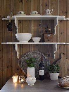 VEGGPYNT: Dekorative hyller på veggen kan både frigi benkeplass og pynte opp rommet.