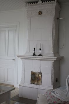 Old Swedish tiled stove (kakelugn) Swedish Decor, Swedish Style, Swedish House, Swedish Design, Scandinavian Design, Fireplace Hearth, Stove Fireplace, Fireplaces, Cottage Style