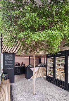 【自宅でいろいろ楽しみたい】素敵な2台目の冷蔵庫が置かれた半屋外のテラス的スペース | 住宅デザイン