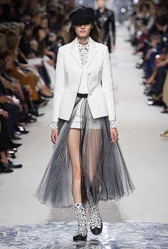 Paris Fashion Week: Dior Spring/Summer '18 | Buro 24/7 Monochrome Fashion, White Fashion, Look Fashion, Daily Fashion, Runway Fashion, Spring Fashion, Fashion Show, Autumn Fashion, Girl Fashion