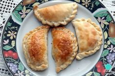 i couldn't find the pre-made dough, so i had to make it myself :p Apple Empanada Recipe, Empanadas Recipe, Great Recipes, Favorite Recipes, Pizza Sandwich, Fun Desserts, Hot Dog Buns, Good Food, Food And Drink