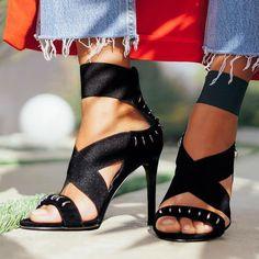 Elastic strap heels