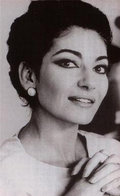 Maria Callas. Ana María Cecilia Sofía Kalogeropoúlou, conocida como María Callas, fue una soprano griega nacida en Estados Unidos, considerada la cantante de ópera más eminente del siglo XX. Wikipedia Fecha de nacimiento: 2 de diciembre de 1923, Manhattan, Nueva York, Estados Unidos Fecha de la muerte: 16 de septiembre de 1977, París, Francia
