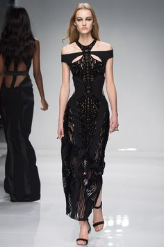 See the complete Atelier Versace Spring 2016 Couture collection.