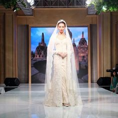 A wedding dress inspiration from @eddybetty. The subtle floral details on this floor-length Kebaya creates an undeniably romantic mood. Especially adore how it's paired with Mantilla style veil that sprinkes a dramatic and grandeur personality on the look. Who's inspired? Leave your comments below!