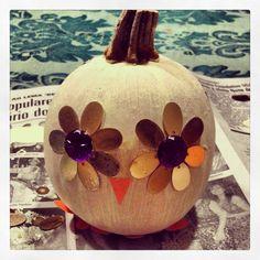 Owl pumpkin Owl Pumpkin, Christmas Bulbs, Decorations, Halloween, Holiday Decor, Fall, Birthday, Recipes, Ideas