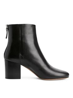 A capsule wardrobe is a minimalistic wardrobe that contains around 20 up to 40 pieces. Be inspired by our 2020 Capsule wardrobe essentials list. High Leather Boots, Black Boots, Capsule Wardrobe Essentials, Winter Essentials, Shoe Boots, Girly, Heels, Outfits, Scandi Style