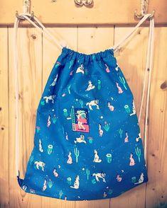 Die schönsten Geschenke sind selbst gemacht! Überrasche deine Liebsten mit einem selbst genähten Turnbeutel. Bei über 2000 Stoffen ist für jede(n) das richtige dabei! #diy #geschenk #selbst #selber #nähen #geschenkidee #selbstgemacht #selbermachen #turnbeutel #anleitung für #anfänger #einfach #festival #festivalbag #raverbag Drawstring Backpack, Swimming, Swimwear, Bags, Fashion, Simple, Cinch Bag, Gymnastics, Homemade