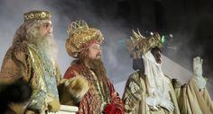 Hoy es el día de Reyes en España. Anoche llegaron cargados de regalos y buenos deseos. Hoy es el último día de Navidad en España. Aquí os dejo algunas tradiciones con las que terminan y comienzan e…