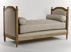 El daybed es un tipo de sofá que tiene el respaldo muy bajo o incluso no tiene respaldo, así es como permite que haya continuidad visual, no hay un respaldo que lo impida.