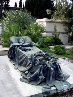 an amazing headstone in Rome, Verano Cemetary. Cemetery Monuments, Cemetery Statues, Cemetery Headstones, Old Cemeteries, Cemetery Art, Graveyards, Angel Statues, Unusual Headstones, Cemetery Angels