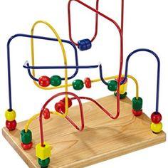 Este es el juguete que tiene la bebé en la foto. Ayuda a desarrollar la motricidad fina y los mantiene entretenidos.