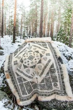 To års arbeid. Made by Marianne Unique Trees, Large Macrame Wall Hanging, T Shirt Yarn, Tapestry Weaving, Transfer Paper, How To Make Beads, Bohemian Decor, Fiber Art, Bohemian Decorating