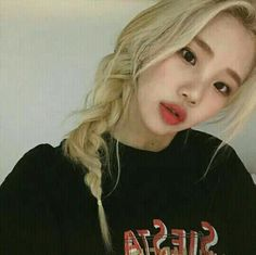 Netizens are in love with Momoland member JooE's new hair color Joo Won, Kpop Girl Groups, Korean Girl Groups, Kpop Girls, Rapper, Daisy, New Hair Colors, Ulzzang Girl, Korean Beauty